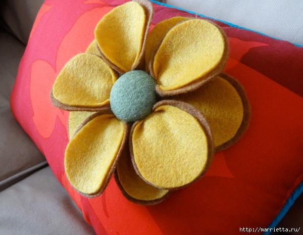Hermosas almohadas con flores hechas de fieltro.  Ideas y master class (6) (600x465, 196Kb)