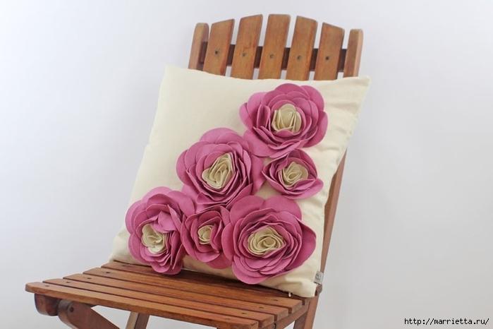 Hermosas almohadas con flores hechas de fieltro.  Ideas y master class (28) (700x466, 142Kb)