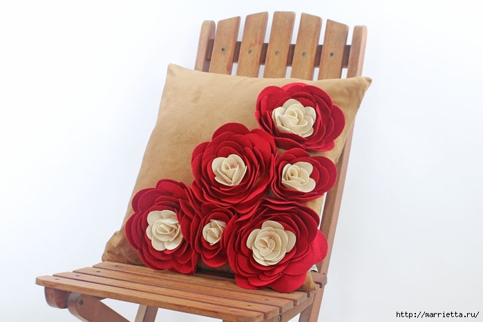 Hermosas almohadas con flores hechas de fieltro.  Ideas y master class (29) (700x466, 146Kb)