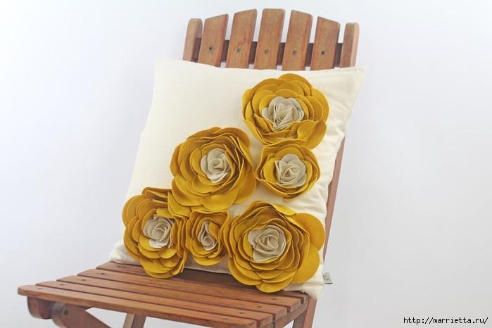 Hermosas almohadas con flores hechas de fieltro.  Ideas y master class (32) (700x466, 147Kb)