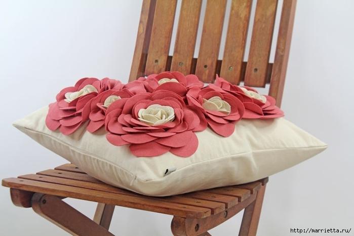 Hermosas almohadas con flores hechas de fieltro.  Ideas y master class (31) (700x466, 170Kb)