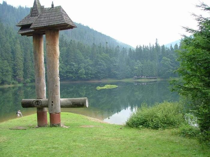резные фигуры на озере Синевир (800x625, 262Kb)