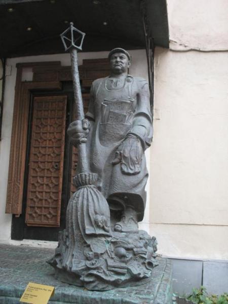 Памятник Лужкову–дворнику. Москва (450x600, 140Kb)
