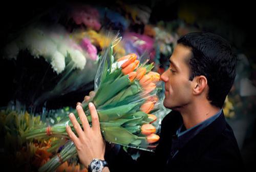 мужчина тюльпаны (500x336, 213Kb)