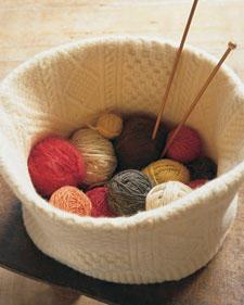 Не выбрасывайте старые свитера, их можно разрезать и применить) .