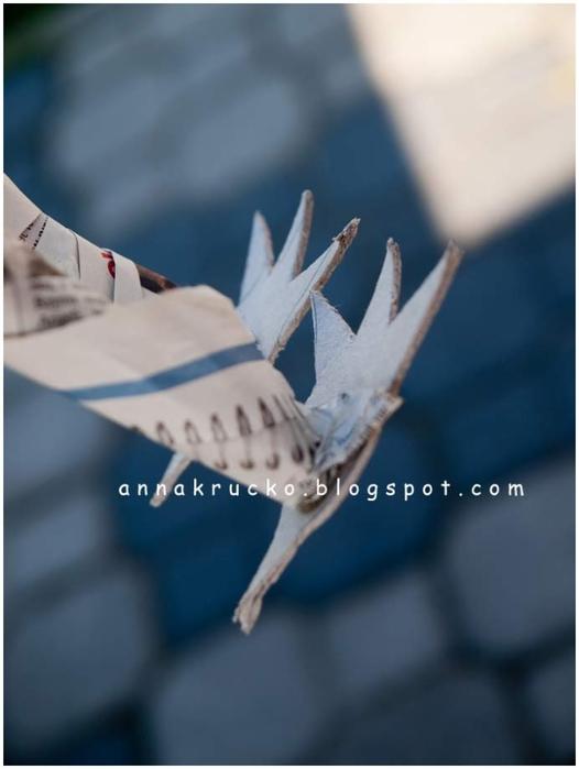 Восхитительный павлин из бумаги, газетных трубочек и перьев (12) (526x700, 134Kb)