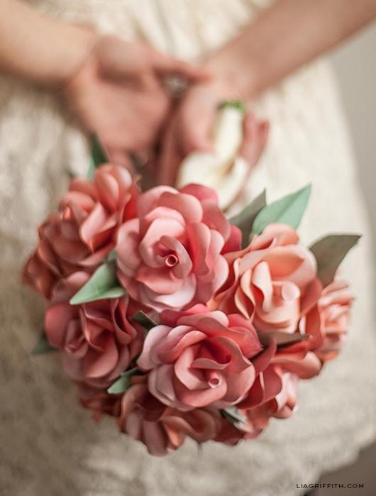 венки и свадебные букеты из бумажных розочек (16) (530x700, 219Kb)