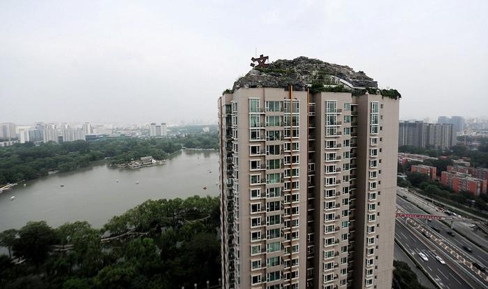 скальный дом на крыше здания в пекине (700x414, 209Kb)