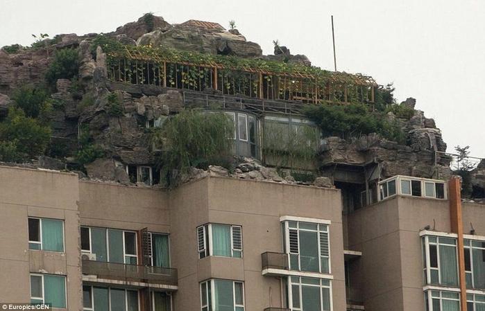 скальный дом на крыше здания в пекине 2 (700x449, 225Kb)