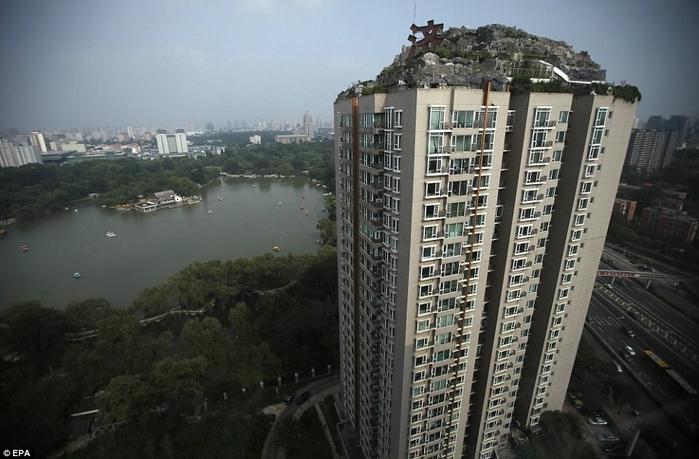 скальный дом на крыше здания в пекине 4 (700x459, 229Kb)