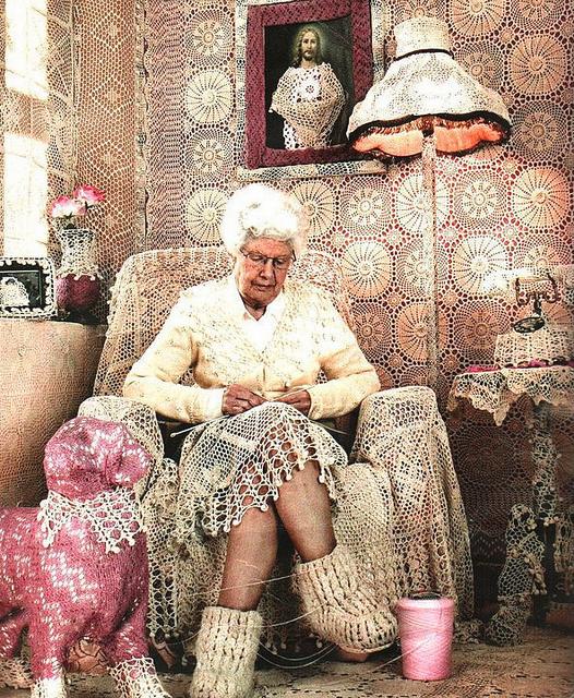 Старушка сумасшедшая дома сидит пожилая