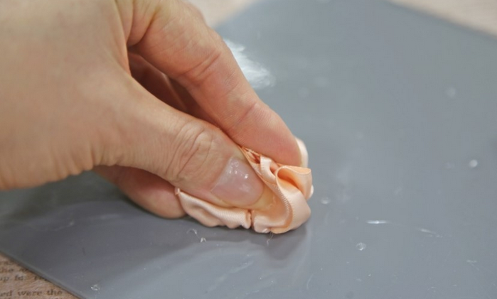 Розочка из ленточки для украшения зажима для волос. Мастер-класс (13) (700x421, 256Kb)