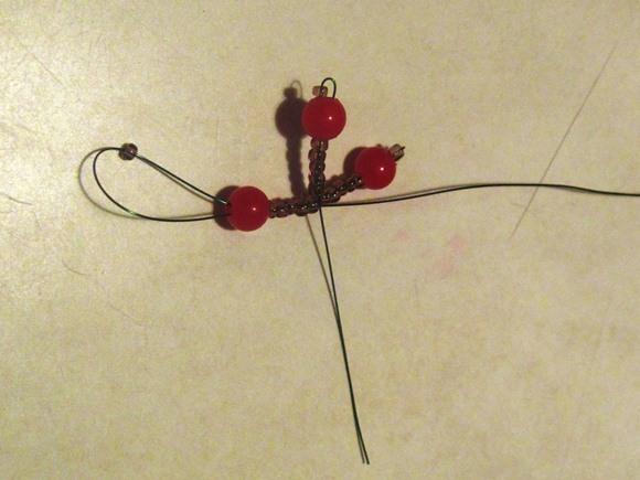 рябина из бисера 4. Формируем из бусин и бисера гроздь ягод рябины.