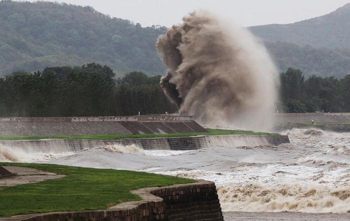 приливная волна на реке цяньтан китай 4 (700x443, 207Kb)