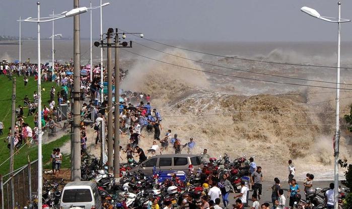 приливная волна на реке цяньтан китай 6 (700x416, 242Kb)