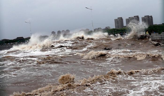 приливная волна на реке цяньтан китай 14 (700x409, 245Kb)