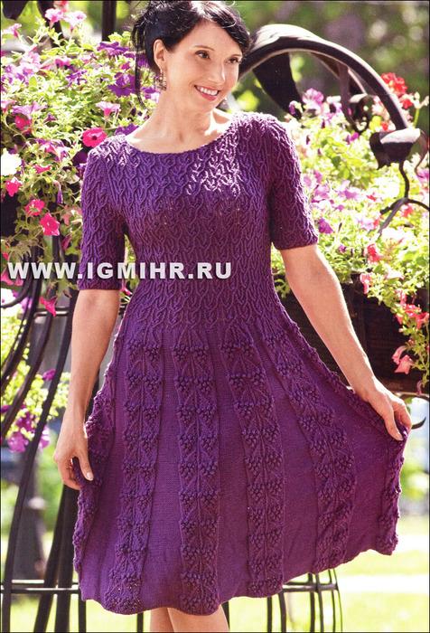 Женственное фиолетовое платье с короткими рукавами и узорами