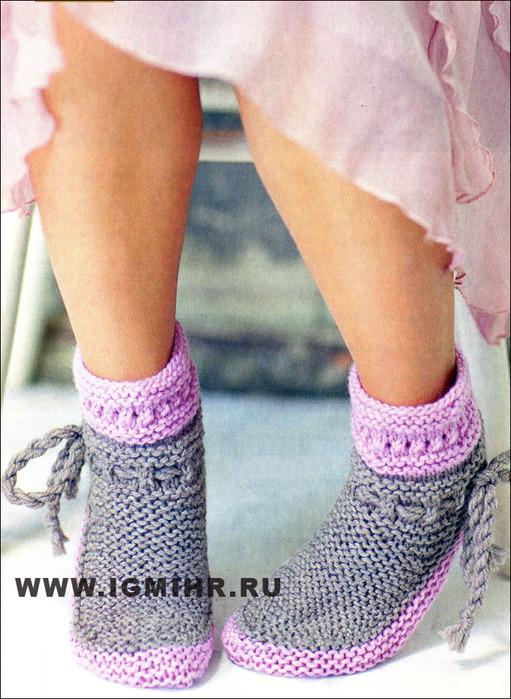 Серо-розовые носки, от финских дизайнеров. Спицы