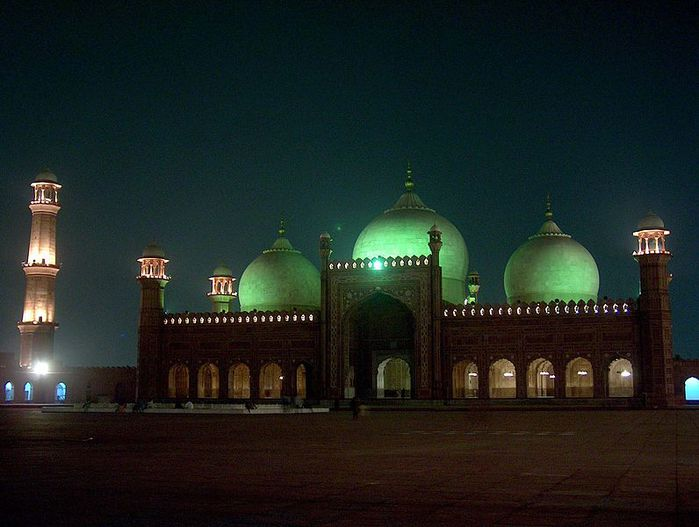 796px-Badshahi_Masjid_at_night_on_July_20_2005 (700x527, 50Kb)