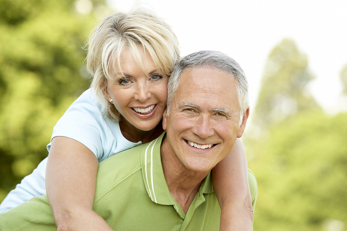 bigstock_Mature_couple_having_fun_in_co_139050621 (700x466, 271Kb)