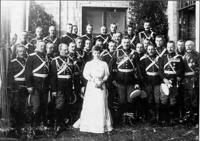 15 2 Мария Федоровна с кавалергардами (700x492, 100Kb)