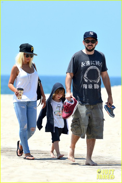 christina-aguilera-hits-the-beach-with-jordan-bratman-max-01 (468x700, 74Kb)
