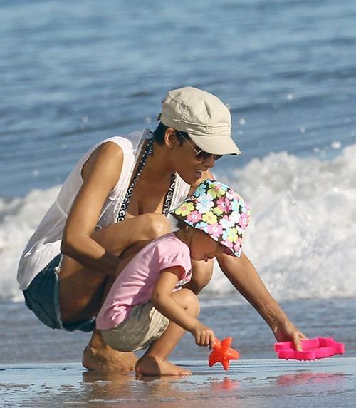 Хэлли и Нала на пляже в Малибу (14 фото)