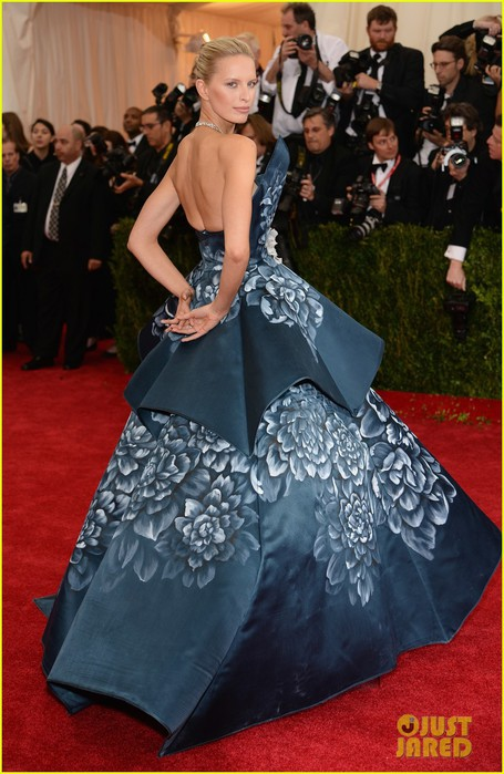 karolina-kurkovas-floral-dress-is-unlike-anything-weve-seen-on-met-ball-2014-red-carpet-01 (455x700, 96Kb)