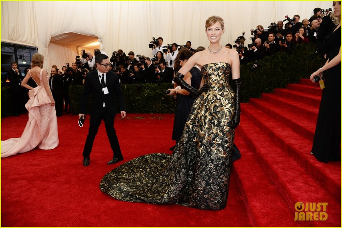 karlie-kloss-is-gold-lame-gorgeous-at-met-ball-2014-01 (700x466, 103Kb)