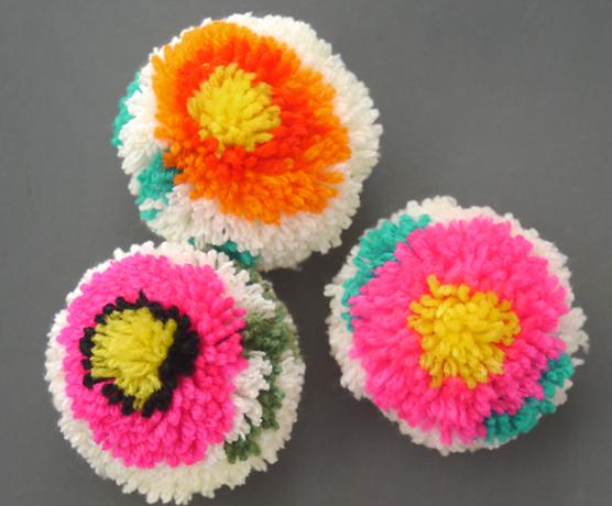 цветы и игрушки из помпонов (21) (556x460, 596Kb)