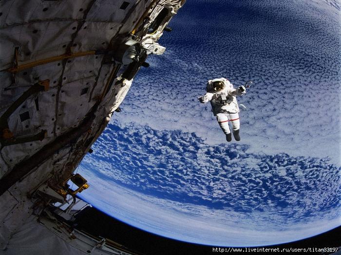 Космонавт в космосе (700x525, 358Kb)