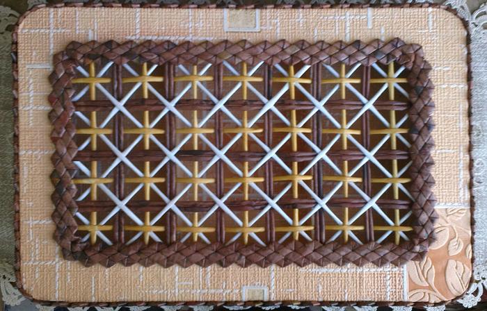 Плетение из газет. Мастер-класс на крышку с цветным узором из трубочек (22) (700x448, 467Kb)