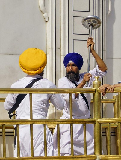 Борьба на сикх мечах в Золотом храме Амритсара