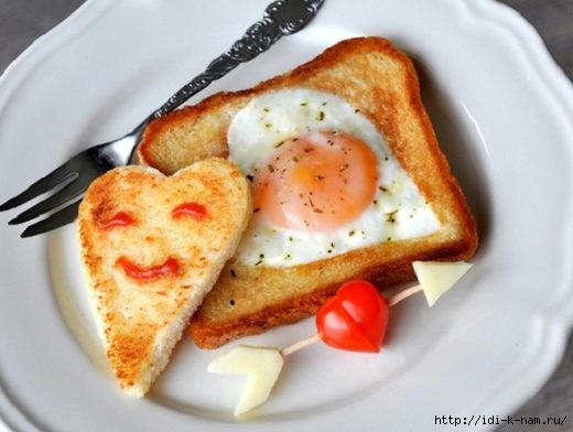 Яичница в хлебе с помидорами и колбасой
