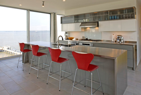 stainless-steel-countertops-fit-in-modern-kitchen-design-red-chairs-accent (600x405, 143Kb)