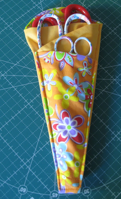 Scissor holder with 3 pr (389x640, 250Kb)