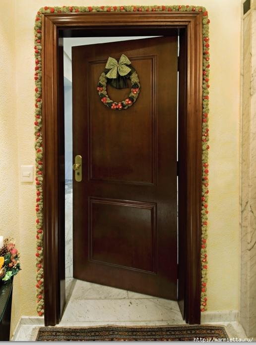 Как украсить входную дверь к празднику помпонами (2) (516x694, 209Kb)