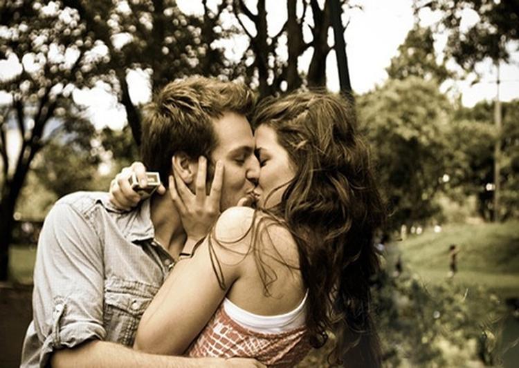 Красивая девочка целуется фото 370-642