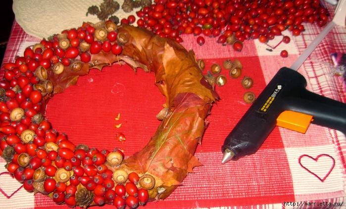 Осенний венок с кленовыми листьями, шиповником и желудями (1) (700x423, 312Kb)