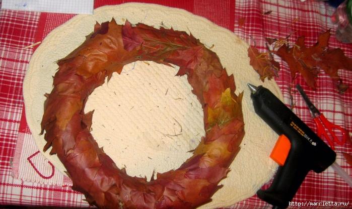 Осенний венок с кленовыми листьями, шиповником и желудями (6) (700x416, 276Kb)