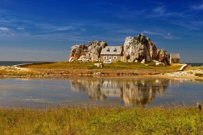 дом между двух камней фото 1 (700x466, 320Kb)