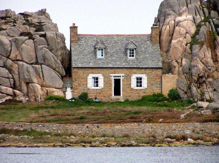 дом между двух камней фото 4 (700x524, 369Kb)
