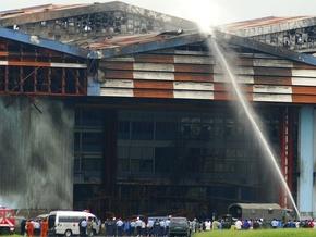 Пожарные тушат один из ангаров аэропорта в городе Бандунг, где упал самолет
