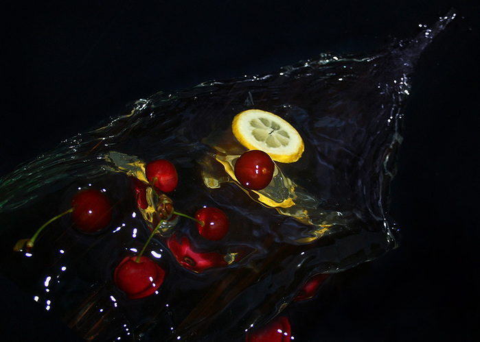 Вода и фрукты в полете