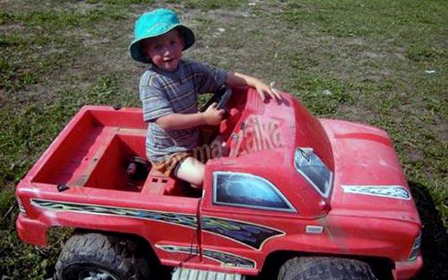 Димитрию Джонсу было холодно, но он, несмотря ни на что держался на грузовике, который постоянно опрокидывался