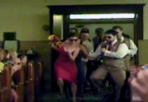 Танцующая свадебная пара приближается к алтарю