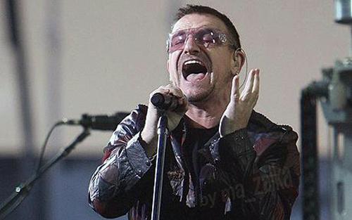 Боно на сцене во время последнего концерта U2 в Croke парке Дублина