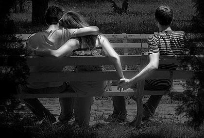 Фото одна девушка два парня