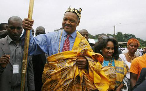 Преподобный Джесси Джексон из США символически коронован в принца Нана в деревне Krindjabo, южная часть Кот д'Ивуар