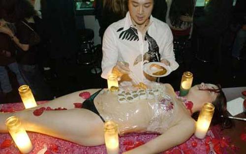 Обед на теле модели